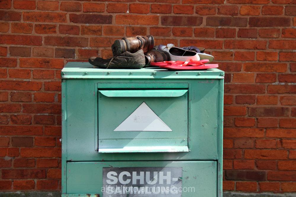 Schuhsammlung auf einem Schuhcontainer