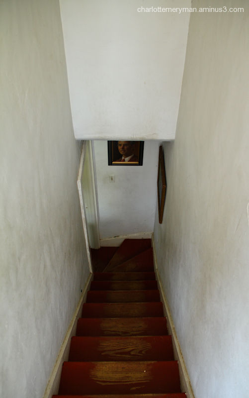 Hall stairs, descent