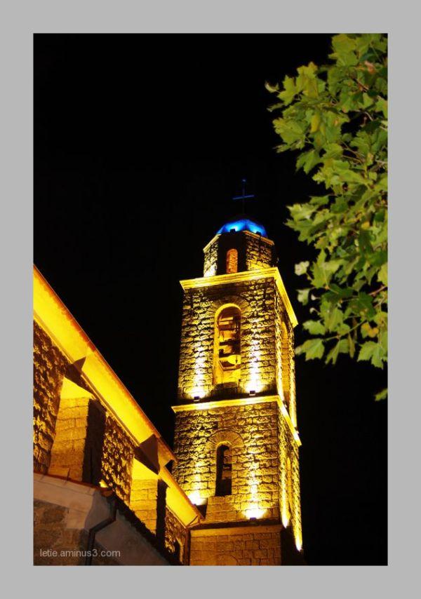 une église la nuit
