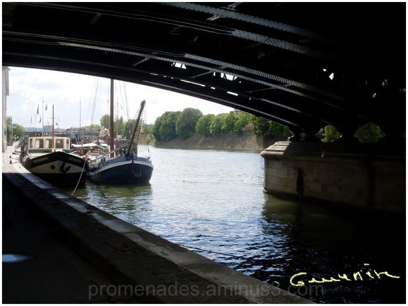 péniches photographiées de sous le pont