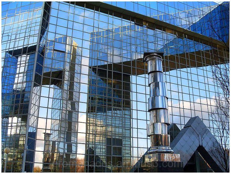 reflets dans les parois d'un immeuble moderne