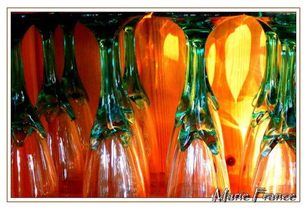 Des verres à pied sur une étagère