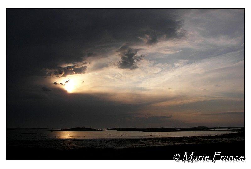 Nuage noir en fin de journée sur la mer