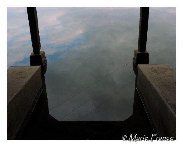 Vue d'un lavoir reflet du ciel