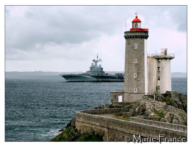 Le porte-avions au passage du petit Minou