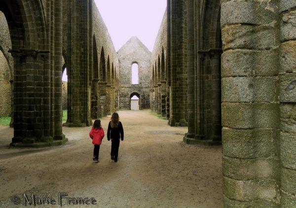 Fillettes marchant dans les ruines d'une abbaye
