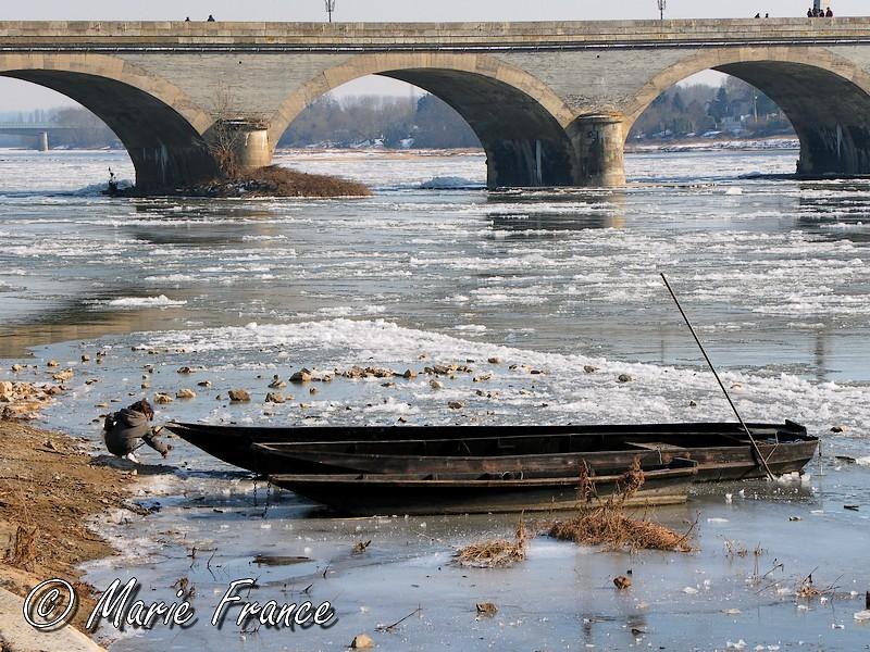 Enfant jourant au bord de la Loire gélée