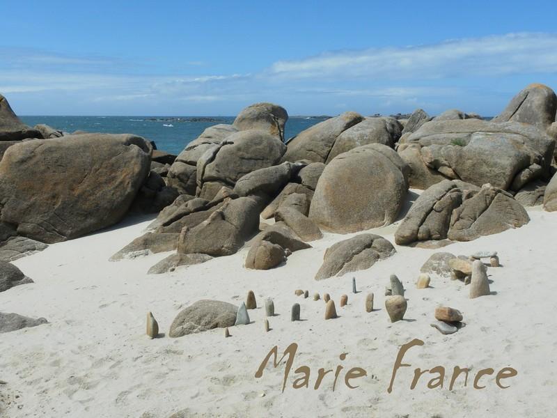Sur la plage, les rochers...