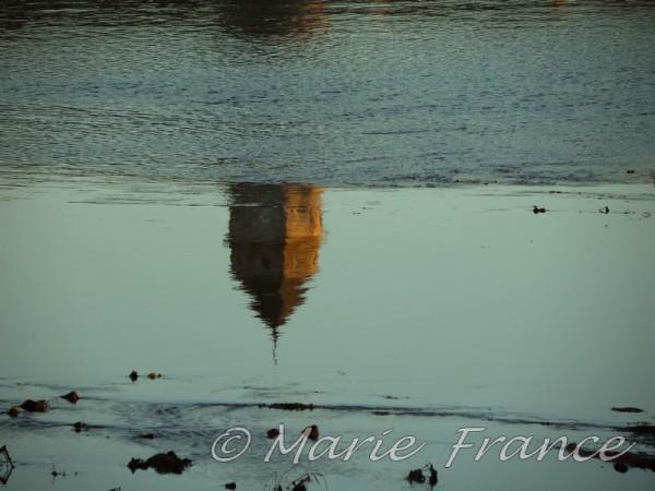 reflet d'un clocher sur la Loire
