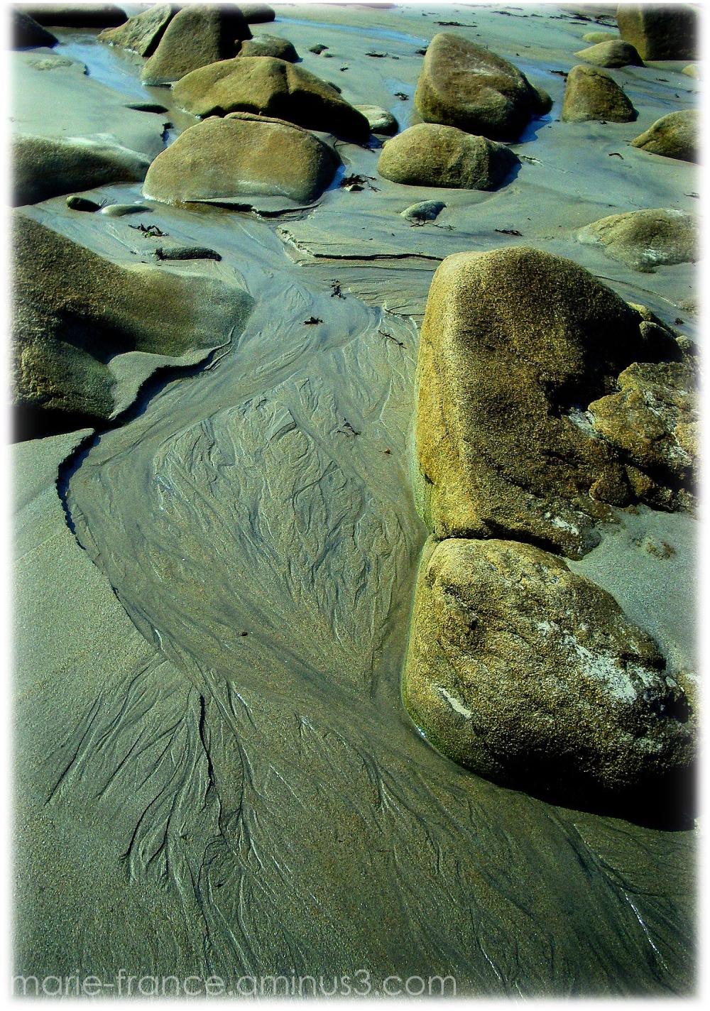 coulée de sable sur une plage caillouteuse