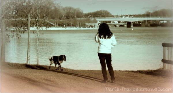 Femme contemplant la rivère qui traverse Angers...