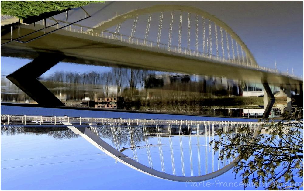Un pont d'Angers et son reflet, à l'envers