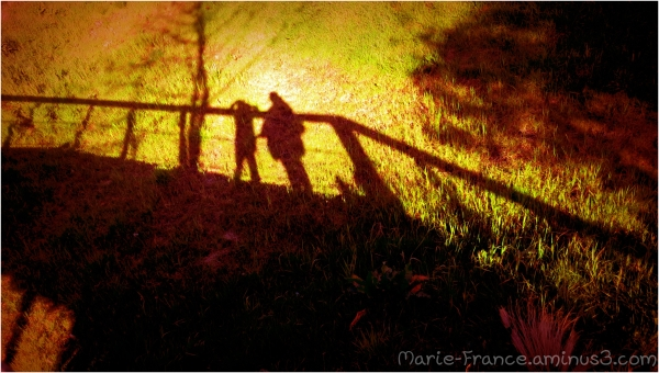 ombres sur une passerelle