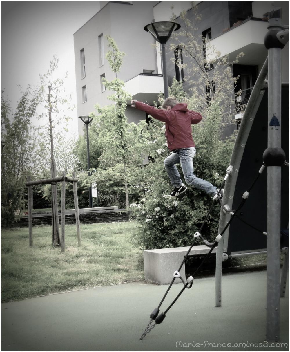 enfant qui saute