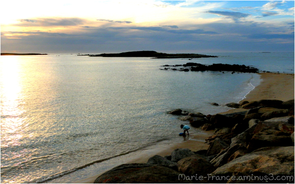 Enfant sur la plage un  soir en Bretagne