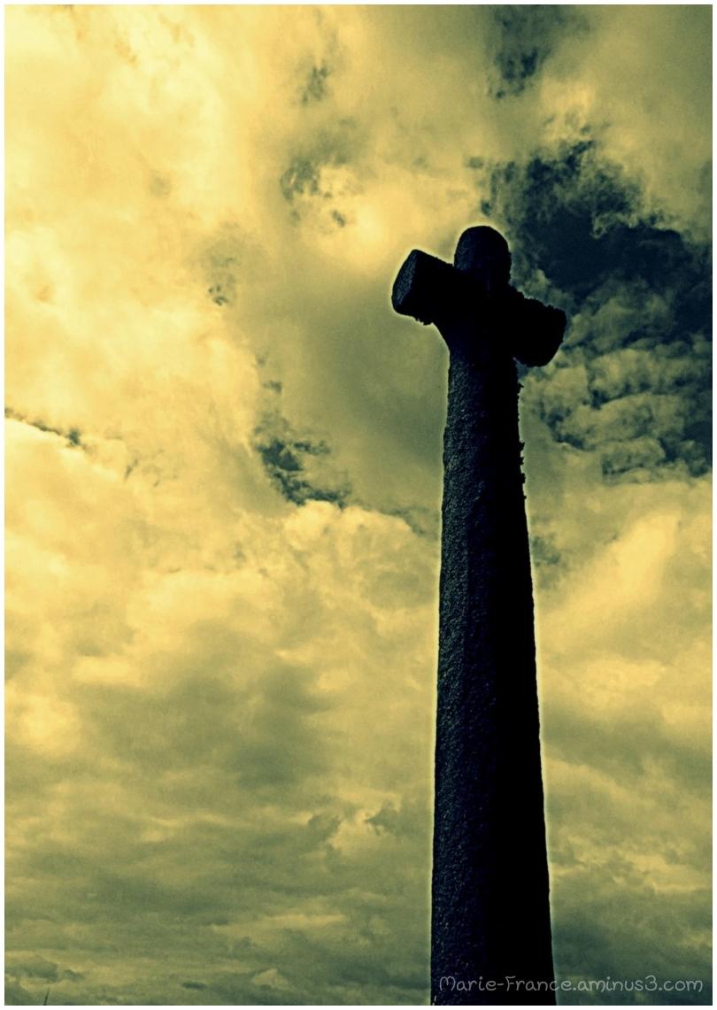 Une croix s'élevant vers le ciel en Bretagne