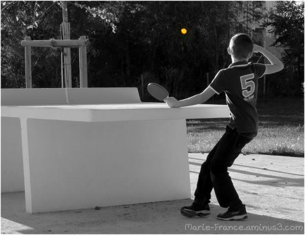 Enfant jouant au ping-pong