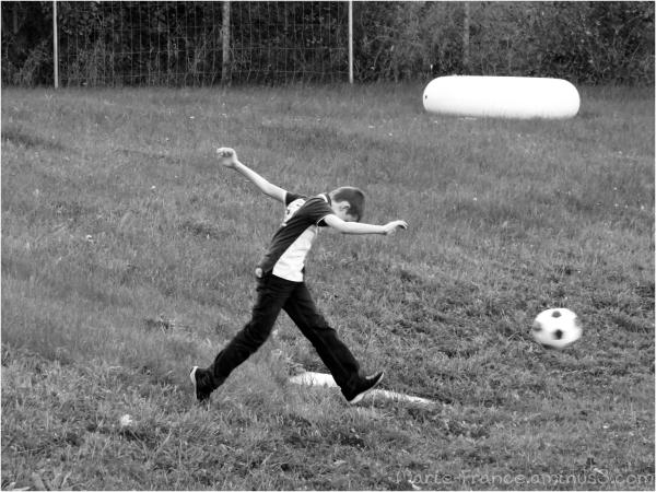 Enfant jouant au foot