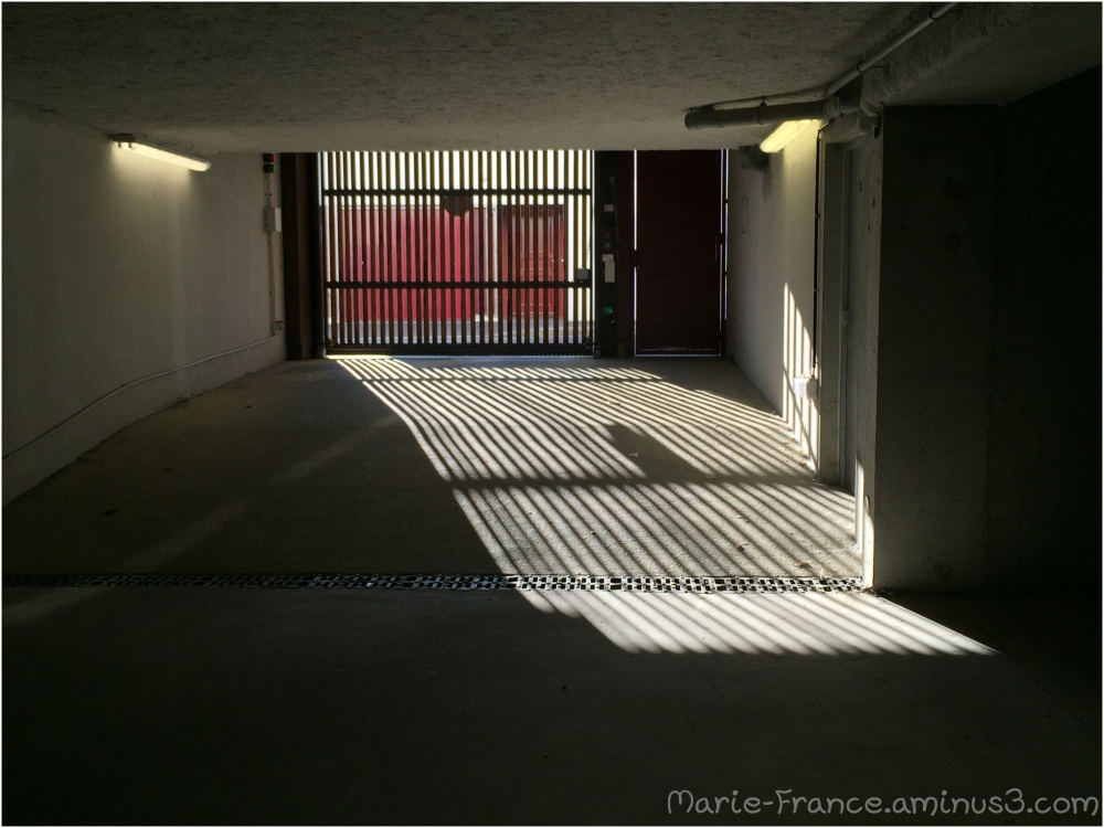 Une photo de laporte d'un parking souterrain