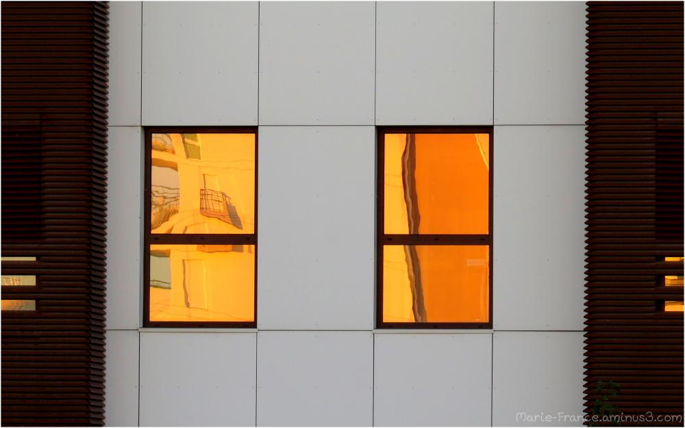 Fenêtres de bureau éclairées par le soleil