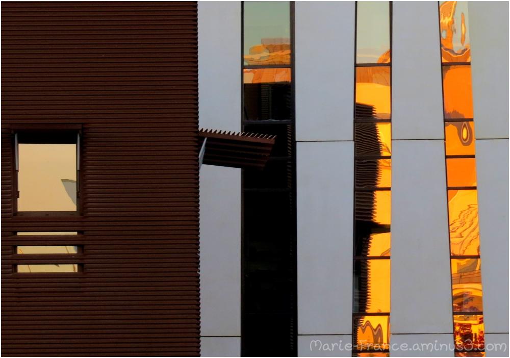 reflets du soleil sur des fenêtre de bureaux
