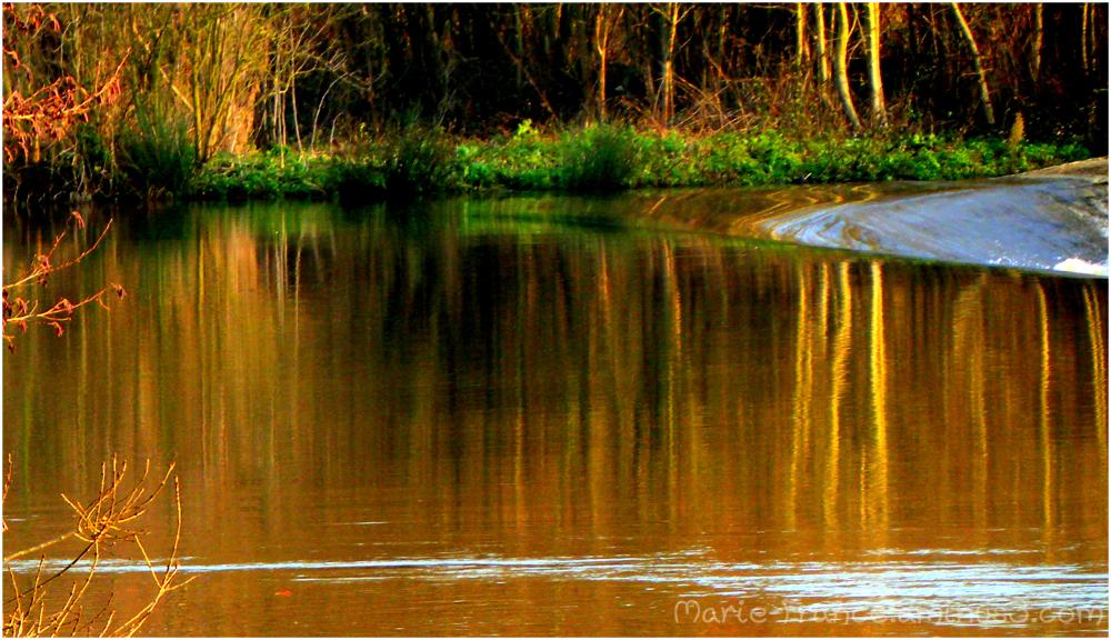 reflets près d'un barrage