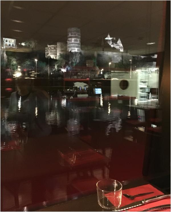 Photo faite à travers une vitre à Angers de nuit..
