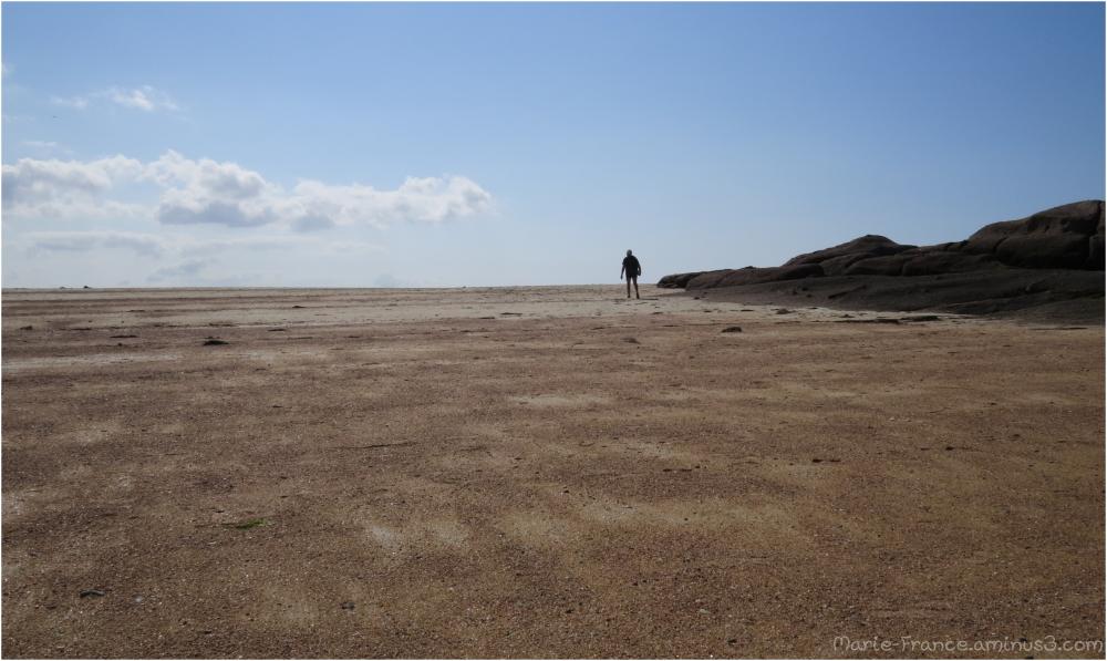 Marcheur solitaire en Bretagne