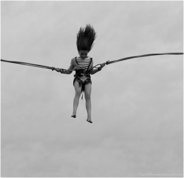 jeune fille sur trempoline à l'élastique