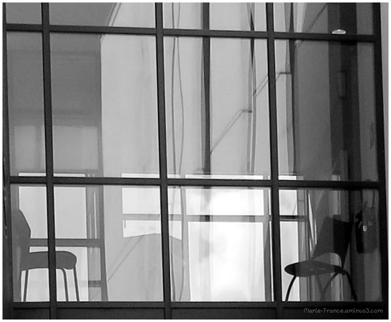 claises dans un immeuble vitré