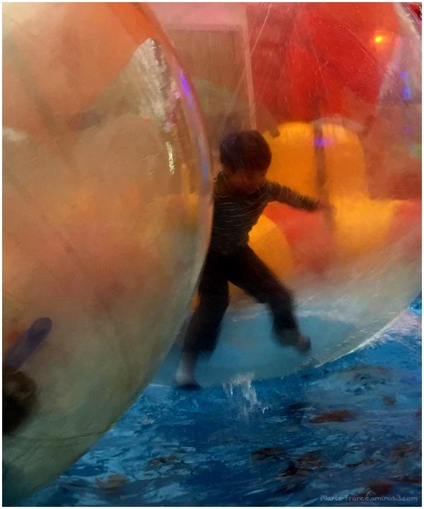 un enfant dans une grosse bulle sur de l'eau