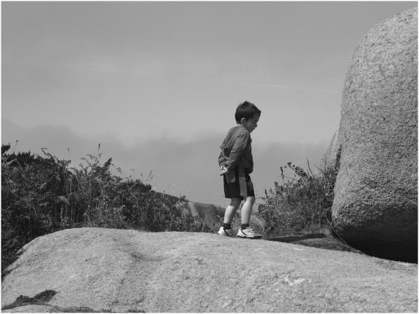 enfant sur un rocher