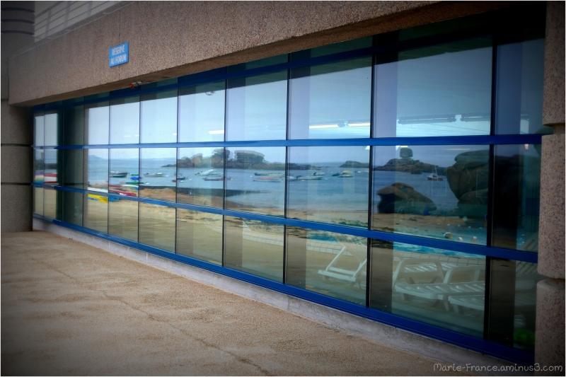 Reflets sur les vitres de la pisicne de Trégastel