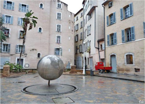 place du globe à Toulon