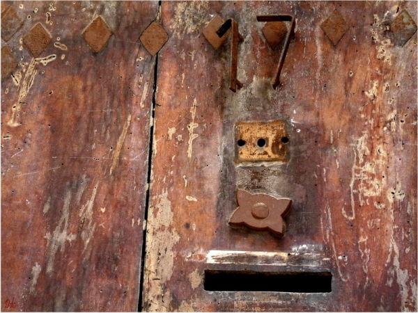 porte ancienne cloutée