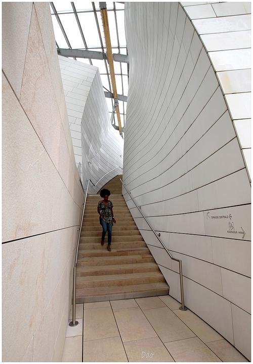 Femme dans l'escalier. 2