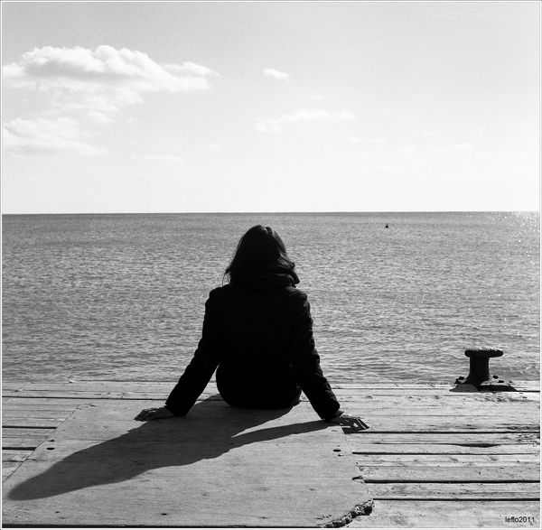 Sentada ante el horizonte