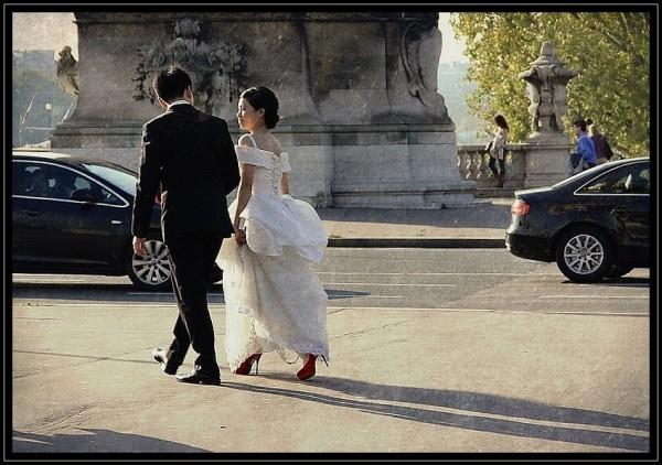 Les mariés du pont Alexandre III  -  1/2
