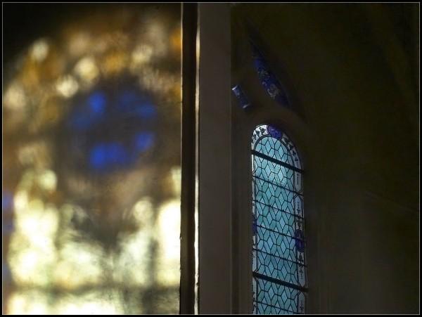 reflets vitraux mur églises