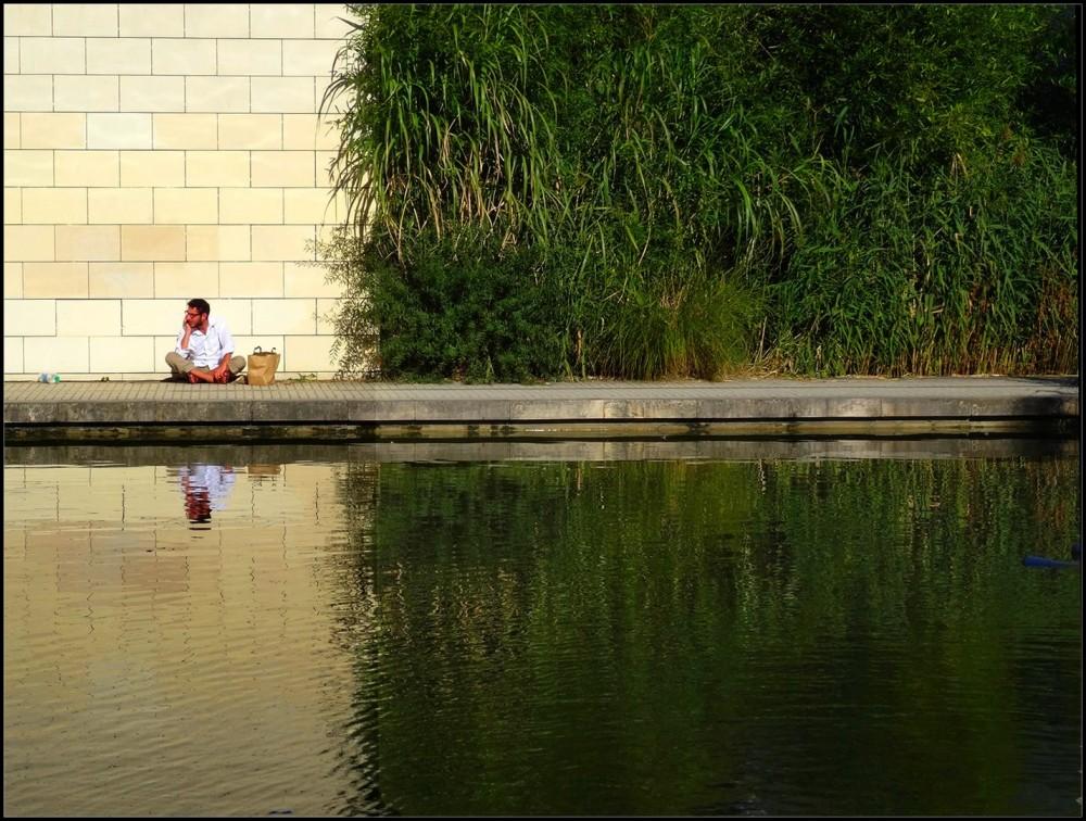 gens mur eau reflets