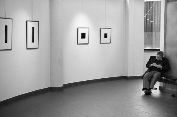 un homme dans une exposition