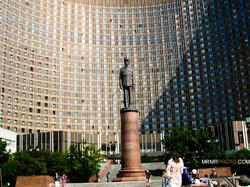 Sharl de gol statue