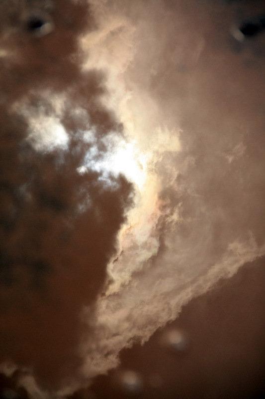 آسمانش را گرفته تنگ در آغوش