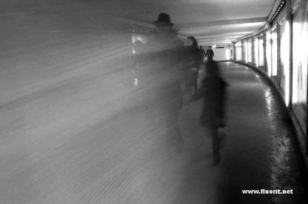 Personnes marchant dans un tunnel vers la lumière