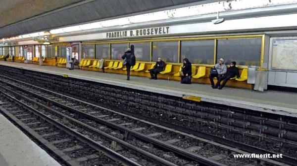 Des gens seuls le jour de Noel dans le metro a Par