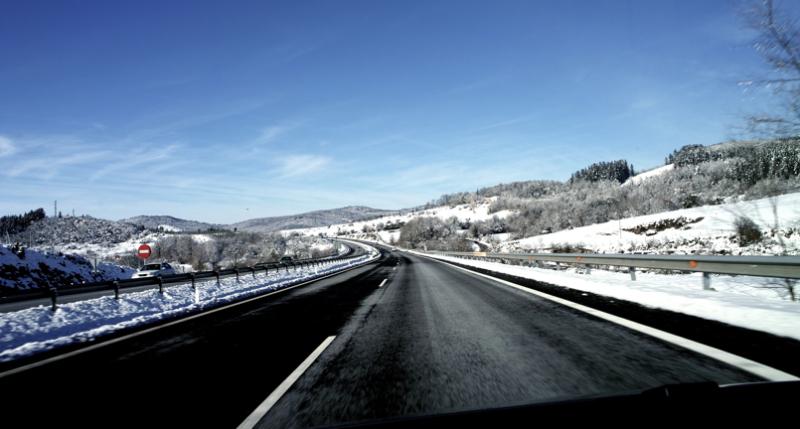 In the road/Errepidean (elurra bazterretan)
