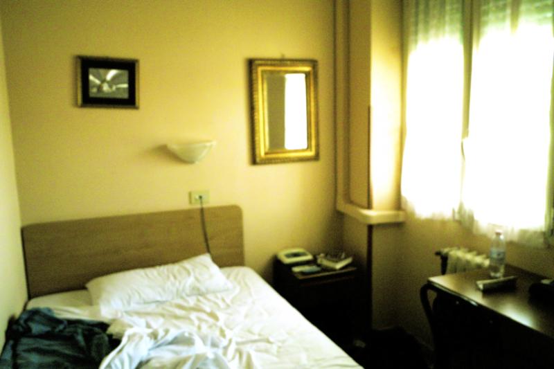 One night hotel room/Gau baterako logela