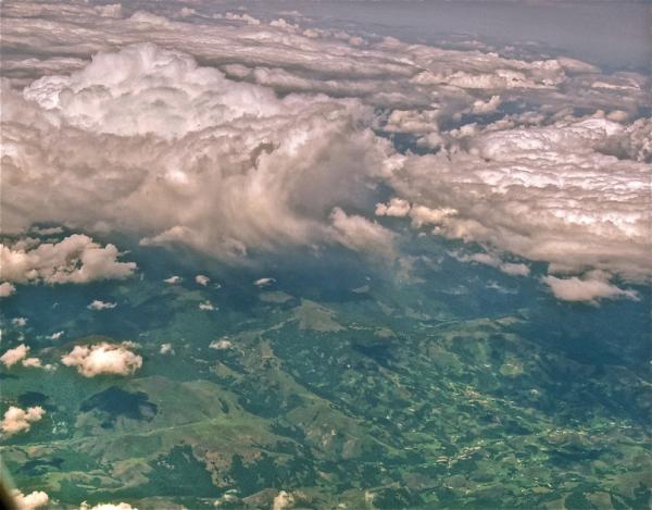 Kotoizko hodeiak eta larre berde/Clouds and fields