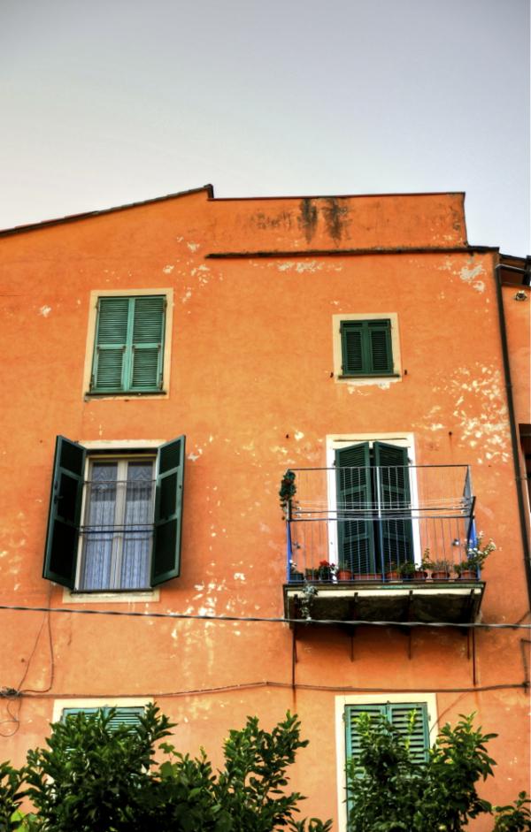 Aurrealdea leihoekin/Facade with windows