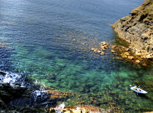 Itsas ura kolorez blai/colourful sea water